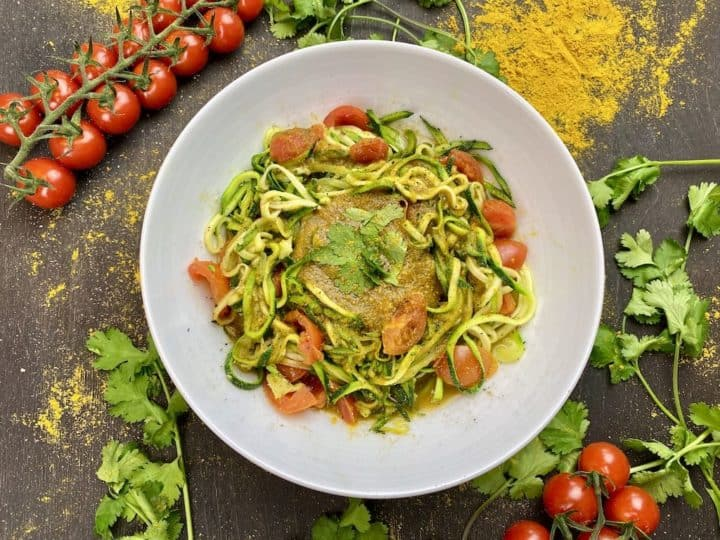 Low-Carb Zoodles in Curry-Tomatensauce